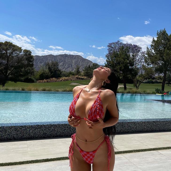 Фото №1 - Где искать вязаный купальник, как у Кайли Дженнер?