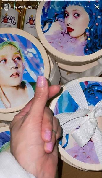 Фото №2 - Розовый маникюр с блестками: Хёна показала самый милый и модный нейл-арт осени 💖