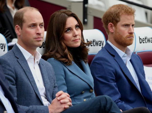 Фото №2 - Почему принц Гарри всегда сможет вернуться в королевскую семью (а Меган— вряд ли)
