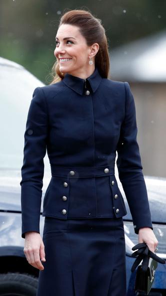 Фото №13 - Любимый бренд: самые роскошные выходы герцогини Кейт в Alexander McQueen