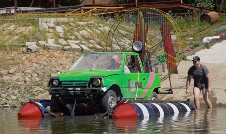 Фото №1 - Русские умельцы построили водоплавающую аэро-«Оку» и прокатились на ней по реке (видео)
