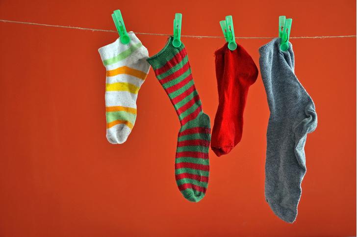 Фото №1 - Ученые выяснили, почему пропадают носки при стирке