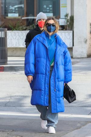 Фото №3 - Самое уютное пальто-одеяло— у Хейли Бибер