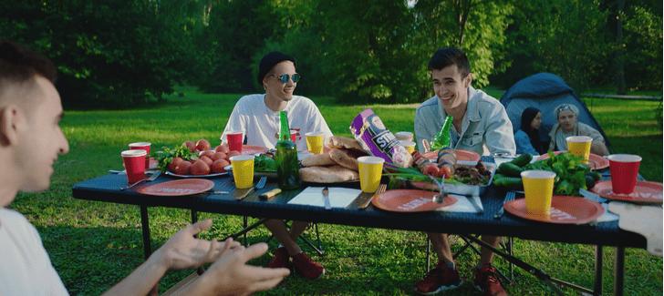 Фото №2 - What? Группа «Хлеб» выпустила клип в коллаборации с чипсами Lay's.