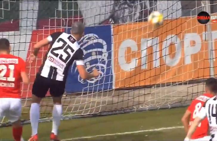Фото №1 - Футболист не забил с нескольких сантиметров (видео)
