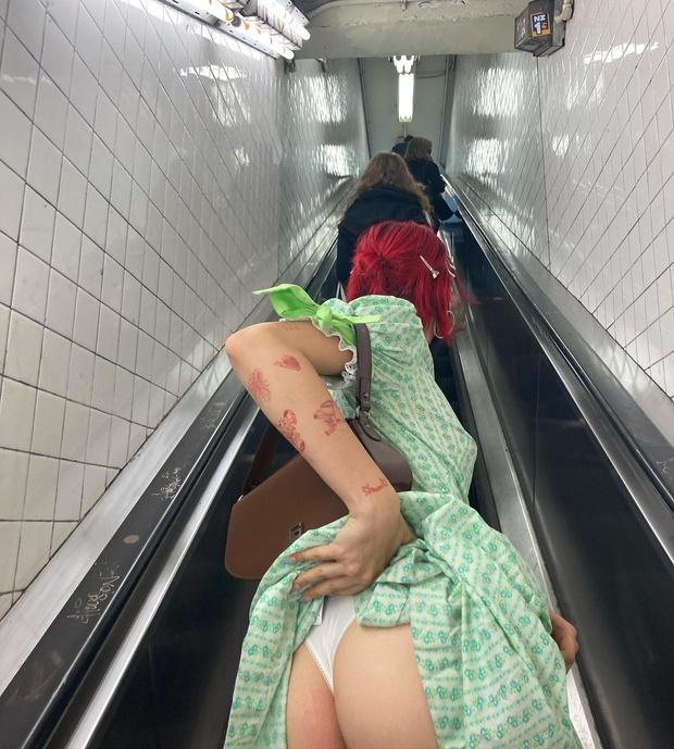 Фото №1 - Дочь Урганта задрала платье прямо на эскалаторе в метро