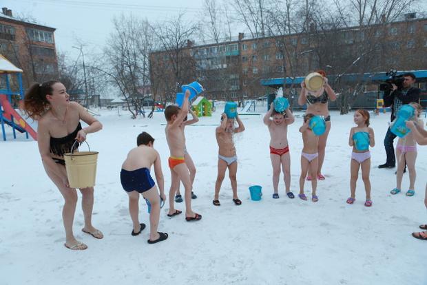 Голышом на морозе: британцев шокировала прогулка детей в Сибири