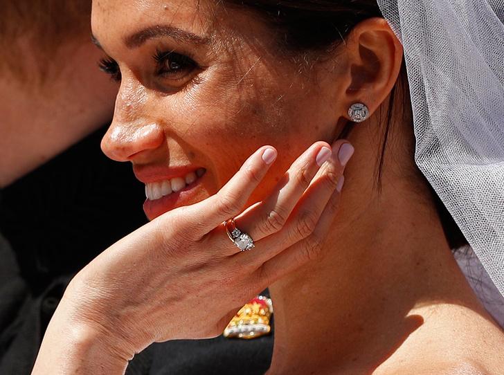 Фото №1 - Много чести: как и зачем Елизавета II заботится о Меган Маркл