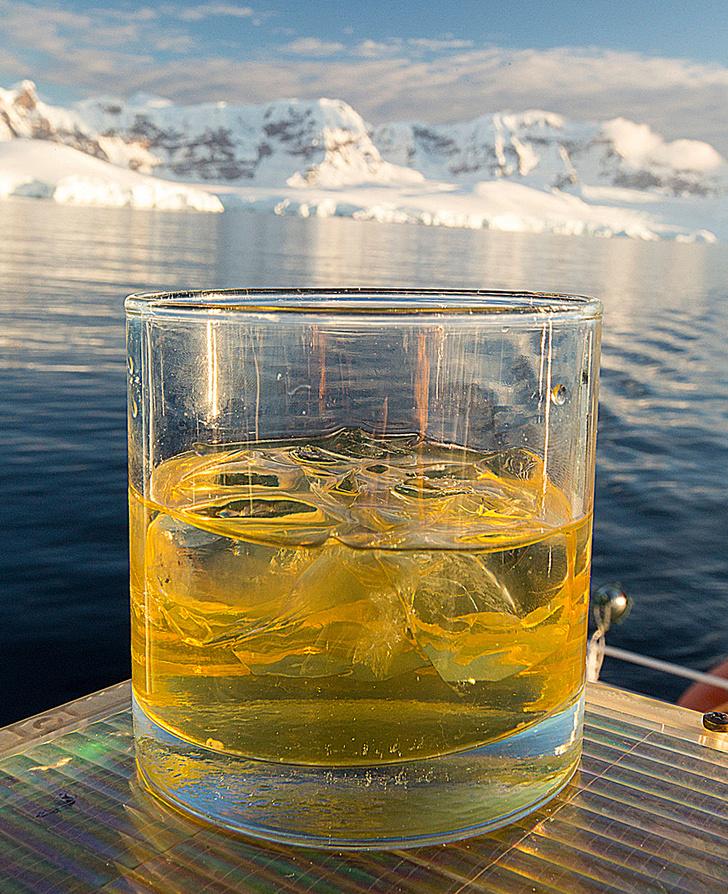 Фото №1 - Почему при таянии айсбергов повышается уровень воды, а при таянии льда в стакане с жидкостью — нет?