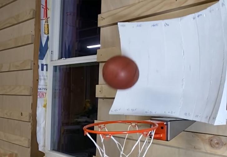 Фото №1 - Компьютерная симуляция помогла создать баскетбольный щит, который всегда отправляет мяч в корзину (видео)
