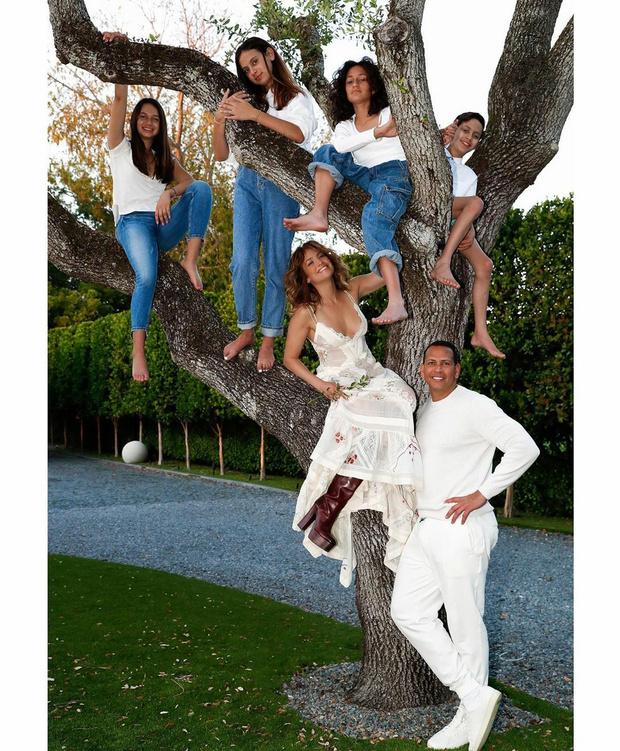 Фото №2 - Семейное древо: как большая семья Дженнифер Лопес отметила самый «ленивый» праздник