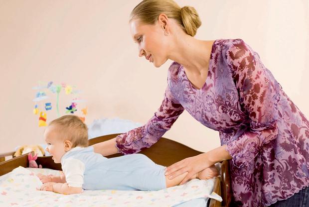 Cтиль: Е. Спичкина; визаж и прическа: В. Сапожникова. На Маше: блузка Sweet Mama; на Тимуре: боди Trudi; кроватка Pali, комод HPA, все— магазин «Кенгуру».