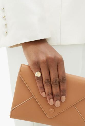 Фото №10 - Тренд аристократов: где искать кольца-печатки, как у Дианы, Меган и Пиппы Миддлтон