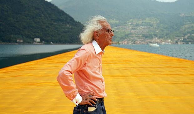 Христо на открытии плавучего пирса на озере Изео в Италии.