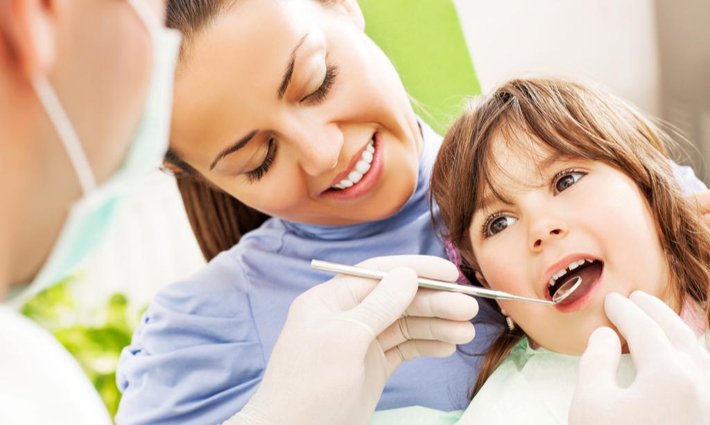 У ребенка потемнели молочные зубы: в чем причина