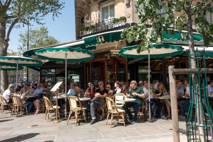 NurPhoto / Contributor / Getty ImagesЗнаменитое кафе &laquo;Дё&nbsp;маго&raquo; <i>(Les Deux Magots)</i> на&nbsp;площади Сен-Жермен в&nbsp;Париже <p> В&nbsp;России классификация регулируется гостами. Так, кафе&nbsp;&mdash; это &laquo;предприятие общественного питания по&nbsp;организации питания&nbsp;и (или без) отдыха потребителей с&nbsp;предоставлением ограниченного по&nbsp;сравнению с&nbsp;рестораном ассортимента продукции общественного питания, реализующее фирменные, заказные блюда, изделия и&nbsp;алкогольные и&nbsp;безалкогольные напитки&raquo;. Ресторан&nbsp;&mdash; &laquo;предприятие общественного питания с&nbsp;широким ассортиментом блюд сложного изготовления, включая заказные и&nbsp;фирменные блюда и&nbsp;изделия; алкогольные, прохладительные, горячие и&nbsp;другие виды напитков, мучные кондитерские и&nbsp;булочные изделия, табачные изделия, покупные товары, с&nbsp;высоким уровнем обслуживания&nbsp;и, как правило, в&nbsp;сочетании с&nbsp;организацией отдыха и&nbsp;развлечений&raquo;. </p><p> Согласно этой классификации, многие сети заведений быстрого питания (фаст-фуда), такие как &laquo;Макдональдс&raquo;, являются ресторанами. </p>