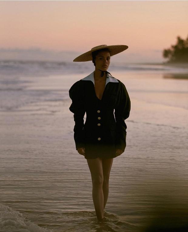 Фото №1 - Идущая по волнам: невероятная Тина Кунаки в платье Jacquemus и самой красивой шляпе, за которой мы будем охотиться летом