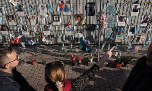 Фото №1 - «Осторожно! При посещении Стены памяти медикам на Малой Садовой, эта сторона улицы наиболее опасна»