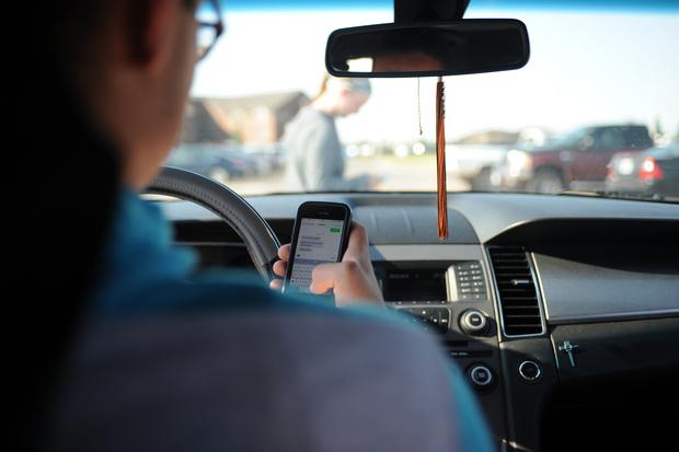 Фото №1 - В Австралии камеры на шоссе будут распознавать, держит ли водитель в руках телефон