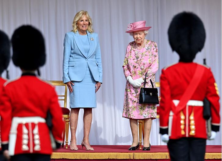 Фото №2 - От модных провалов до побед: как Первые леди одевались на встречи с Королевой