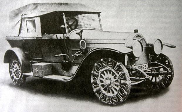 Автомобиль немецкой фирмы Protos, обутый в металлические шины. Для конца Первой мировой— самое привычное зрелище