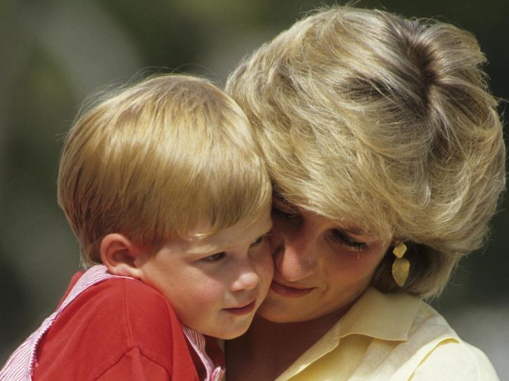 Фото №1 - Любовь матери: почему у Дианы была более сильная связь с Гарри (но не с Уильямом)