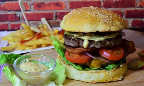 Фото №1 - Эксперты выбрали самый низкокалорийный бургер из сетевых ресторанов