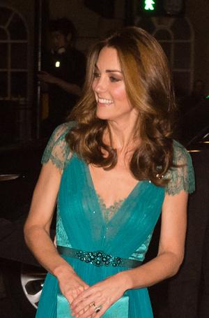 Фото №26 - 6 знаковых нарядов герцогини Кембриджской, которые она носит уже 6 лет
