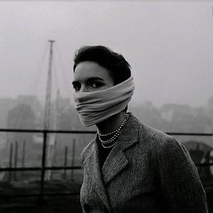 Неизвестная женщина натянула на лицо шарф, чтобы не дышать смогом, Лондон, 1952 г.