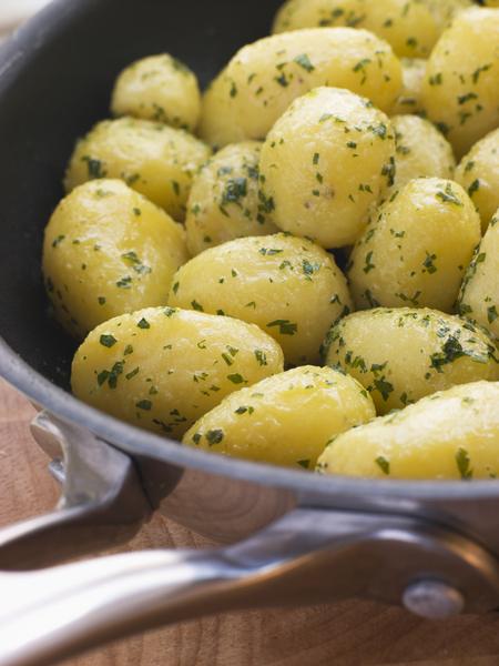 Беспроигрышные дополнения к молодой картошке – творог и топленое масло, соус песто, спаржа и мята, сметана и укроп, тмин и брынза, камамбер и грибы.