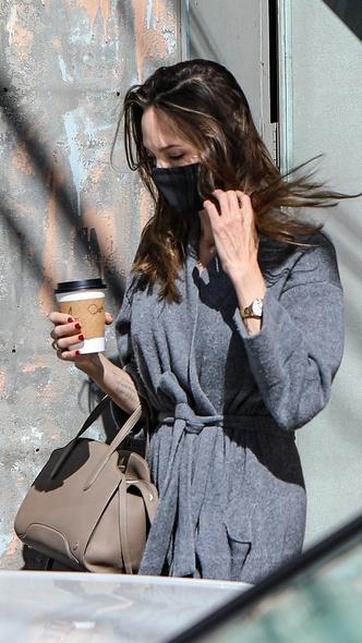 Фото №2 - Халат в катышках и облезший маникюр: Джоли прогулялась в очень небрежном виде