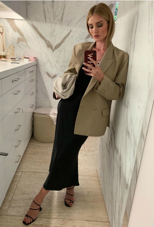 Фото №4 - Правильный минимализм: 7 незаменимых вещей из гардероба Роузи-Хантингтон Уайтли