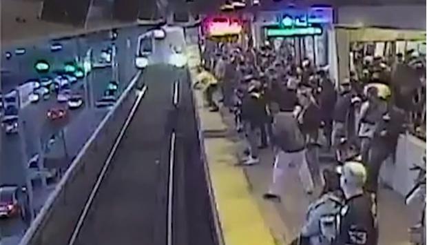 Фото №1 - Чудесное спасение упавшего на рельсы пассажира за миг до того, как на него наехал бы поезд (видео)