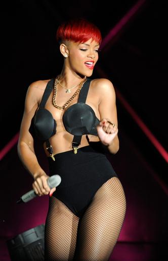 Фото №14 - Вооружены и опасны: почему бюстгальтеры-пули снова в моде и причем здесь Мадонна и Монро