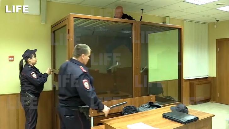 Фото №1 - Обвиняемый в убийстве пытается сбежать прямо из зала суда (видео)