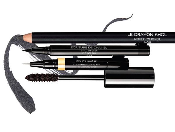 Тушь Le Volume de Chanel, № 10 Noir; хайлайтер Eclat Lumie`re, № 40 Beige Moyen; жидкая подводка для глаз Ecriture de Chanel, № 20 Brun; карандаш для глаз Le Crayon Khol, Noir, все – Chanel