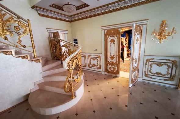 Фото №4 - Вензеля, велюровые диваны и золотой ободок унитаза: почему у тех, кто у власти, такой провинциальный вкус