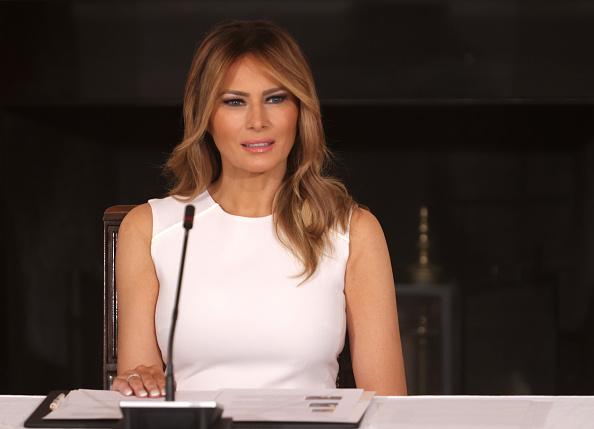 Фото №2 - Когда белый невероятно стройнит: Мелания Трамп в платье-футляре, в котором нет ничего лишнего