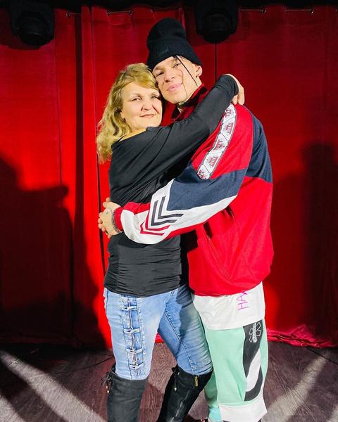 Фото №2 - «Девчоночка моя капризная»: певец Niletto впервые показал свою маму