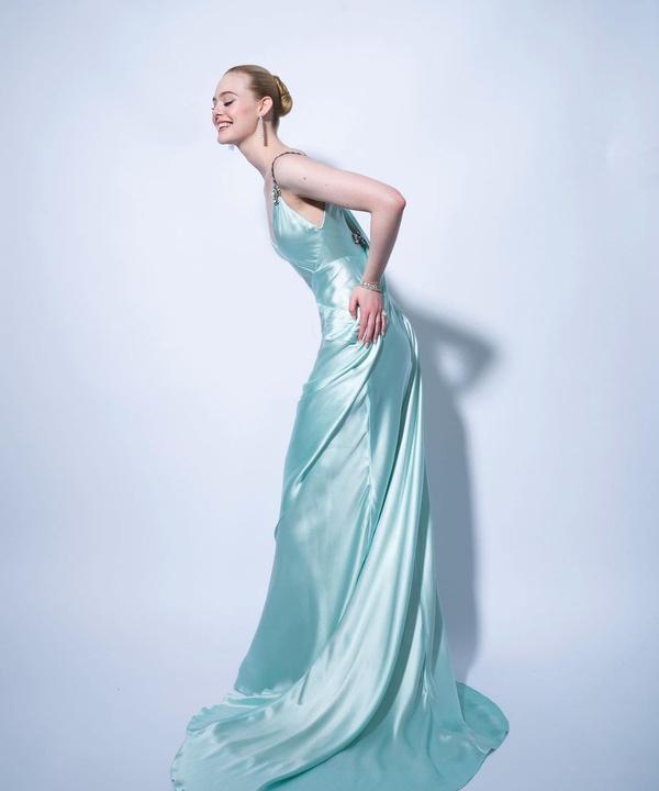 Роскошная Эль Фаннинг в шелковом платье Gucci небесно-голубого оттенка