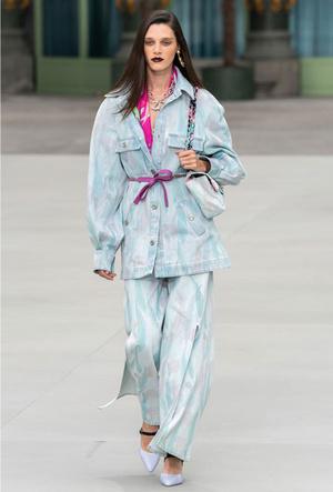 Фото №12 - Как носить шелковые платки: 10 самых простых и стильных способов