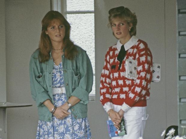 Фото №1 - Почему Диана и Ферги так и не стали своими в королевской семье: версия самой Сары