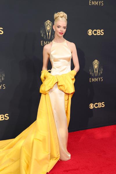 Фото №3 - Ярко и элегантно: самые роскошные образы знаменитостей на Emmy 2021