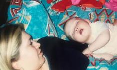 Пухлая мама: Вера Брежнева поделилась милым фото с грудной дочерью в честь ее 20-летия