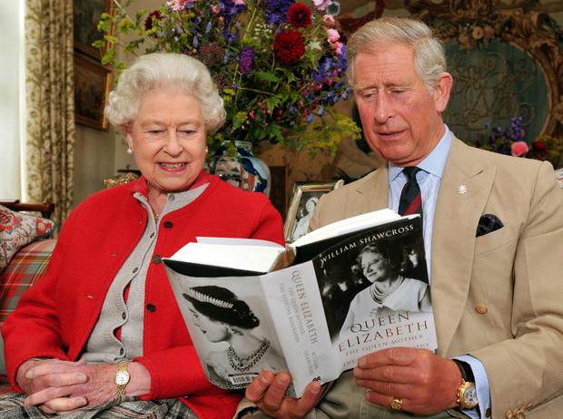 Фото №1 - Что читают во дворце: любимые книги Елизаветы, Дианы, Кейт и других членов БКС