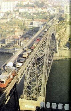 Мост, построенный по проекту известного французского инженера Эйфеля, служит и поныне, считаясь одной из достопримечательностей Порту.