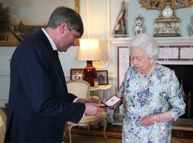 Фото №4 - Королева назначила нового придворного поэта