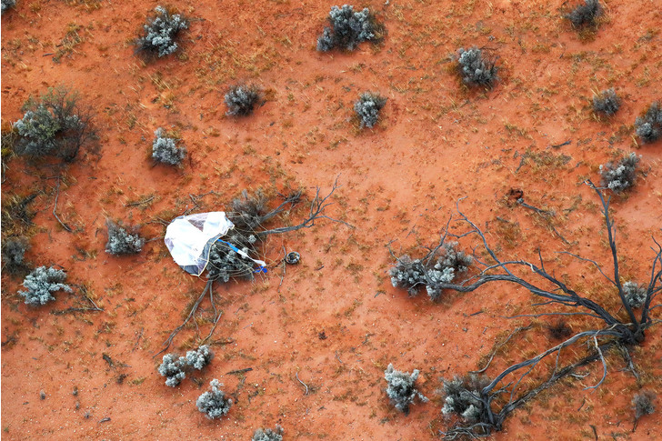 Фото №1 - Зонд доставил на Землю капсулу с грунтом астероида Рюгу