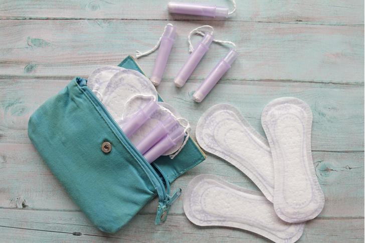 Фото №1 - Тампоны, прокладки или «умные» трусы: что лучше использовать во время месячных в жару 🥵