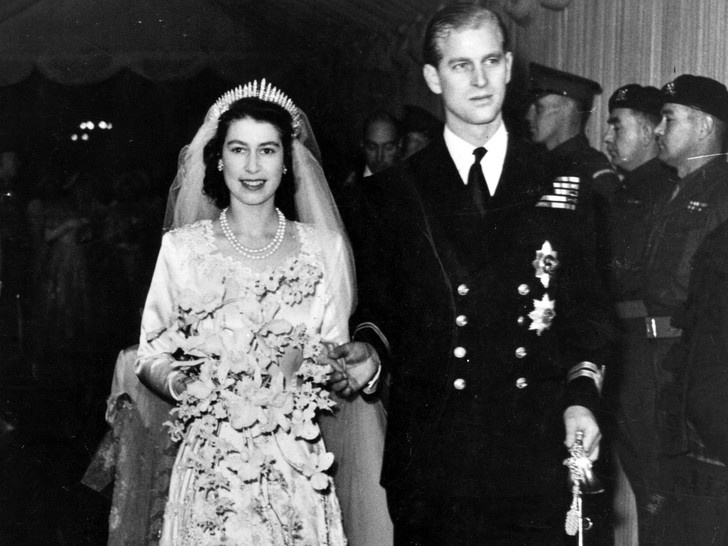 Фото №1 - Королевский конфуз: почему Елизавете и принцу Филиппу пришлось переснять свои свадебные фото